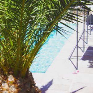 Heerlijk genieten buiten bij het zwembad tijdens een Yogini rosa retreat